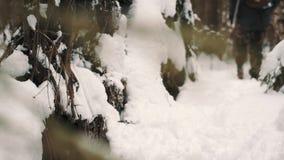 Mężczyzna w kamuflaży spodniach podnosi up karton i chodzi na lasowej drodze przemian zbiory wideo