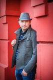 Mężczyzna w kapeluszu blisko czerwonej ściany zdjęcie stock