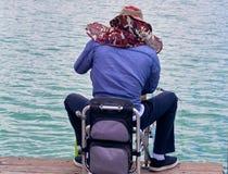 Mężczyzna w kapeluszu próbuje łapać ryby zdjęcie royalty free