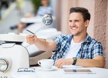 Mężczyzna w kawiarni obrazy stock