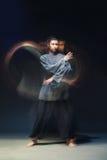Mężczyzna w kimono excercising sztukach samoobrony zdjęcie stock