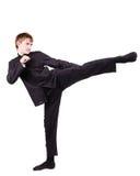 Mężczyzna w kimonowym ćwiczy kung fu Zdjęcia Stock