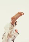 Mężczyzna w kimonowym rytmu wysoki nogi kopnięcie Zdjęcie Stock