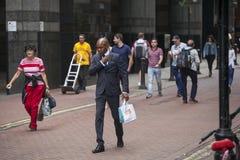 Mężczyzna w klasycznym kostiumu chodzi wzdłuż ulicy Obraz Royalty Free