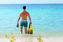 Mężczyzna w kolor żółty masce i flippers iść snorkeling Obrazy Stock