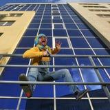 Mężczyzna w kombinezonach na tło glassed budynku Zdjęcie Royalty Free