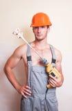 Mężczyzna w kombinezonach z melanżerem dla gipsować Fotografia Royalty Free