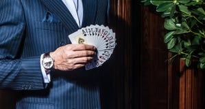 Mężczyzna w kostium pozach z kartami na drewnianym tle fotografia royalty free