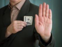 Mężczyzna w kostiumu chuje jeden ręki gotówkowych dolary w mój kurtki kieszeni i innej ręce z jego palmą naprzód zatrzymywać dzwo Obrazy Stock
