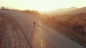 Mężczyzna w kostiumu iść na drodze zdjęcie wideo