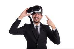Mężczyzna w kostiumu i 3d szkłach, wirtualna rozrywka obrazy royalty free