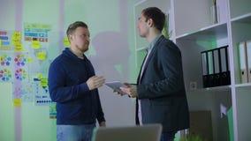 Mężczyzna w kostiumu mówi drugi mężczyzna esencję praca zdjęcie wideo