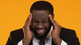 Mężczyzna w kostiumu masowania głowie, cierpienie od migrena bólu, stresujący praca rezultat zbiory