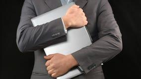 Mężczyzna w kostiumu mienia laptopie, bezpieczeństwo komputerowe, osobisty ochrona danych, prywatność obraz royalty free