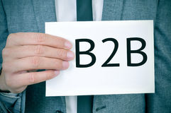 Mężczyzna w kostiumu pokazuje signboard z słowem B2Bo obraz stock
