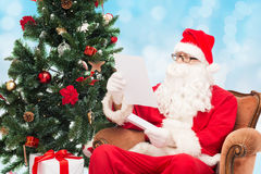 Mężczyzna w kostiumu Santa Claus z listem Zdjęcia Royalty Free