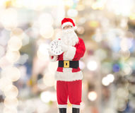 Mężczyzna w kostiumu Santa Claus z zegarem Zdjęcia Royalty Free