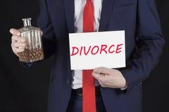 Mężczyzna w kostiumu z alkoholem w jego ręki i inskrypcja rozwód obrazy royalty free