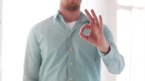 Mężczyzna w koszulowym pokazuje znaku zbiory