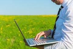 Mężczyzna w krawacie z laptopem obrazy stock