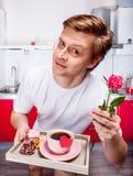 Mężczyzna w kuchni zdjęcie royalty free
