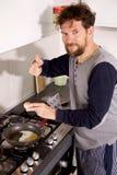 Mężczyzna w kuchni w ranków kulinarnych jajkach ok znaka obrazy stock