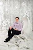 Mężczyzna w lekkim Bożenarodzeniowym wnętrzu Fotografia Royalty Free