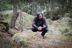 Mężczyzna w lesie gubjącym Zdjęcia Royalty Free