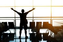Mężczyzna w lotnisku Samolot, widok od lotniskowego terminal selekcyjna ostrość, podróży pojęcie fotografia stock