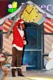 Mężczyzna w małpiego kostiumu chwytach w jego ręka personelu Zdjęcia Royalty Free