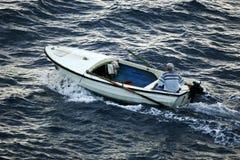 Mężczyzna w małym motorboat   zdjęcia stock