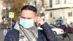 Mężczyzna w masce w zanieczyszczającym mieście zakrywającym z ciężkim smogiem zbiory