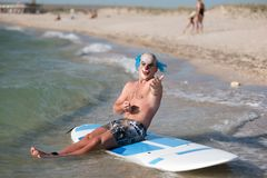 Mężczyzna w maskowym obsiadaniu w sup zdjęcia royalty free