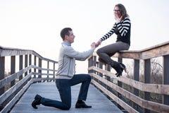 Mężczyzna w miłości robić proponuje zdziwiona dziewczyna, zobowiązanie zdjęcie royalty free