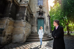 Mężczyzna w miłości z kobiety odprowadzeniem na wiosny mieście Fotografia Stock