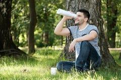 Mężczyzna w miasto parku fotografia stock