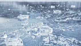 Mężczyzna w mitynkach roztrzaskuje lód na lodzie swobodny ruch Kamera rusza się za lodem Kawałek lód jest bardzo zdjęcie wideo