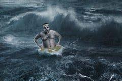 Mężczyzna w morzu podczas gdy szalejący Fotografia Royalty Free