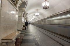 Mężczyzna w Moskwa staci metru z pociągami zwalnia żaluzi prędkość Obrazy Stock