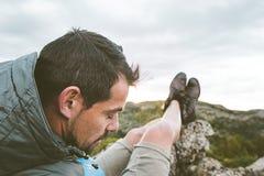 Mężczyzna w naturze relaksującej i sadzającej Facet obserwuje krajobraz w górach obrazy stock