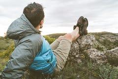 Mężczyzna w naturze relaksującej i sadzającej Facet obserwuje krajobraz w górach obraz stock
