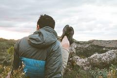 Mężczyzna w naturze relaksującej i sadzającej Facet obserwuje krajobraz w górach obraz royalty free