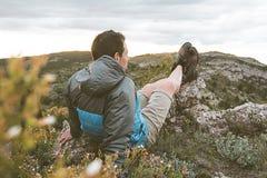 Mężczyzna w naturze relaksującej i sadzającej Facet obserwuje krajobraz w górach obrazy royalty free