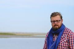 Mężczyzna w niebieskich dżinsach i czerwonym koszulowym odprowadzeniu rzeka Obraz Stock