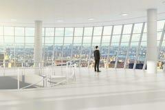 Mężczyzna w nowożytnego światła pustym biurze z miasto widokiem obraz royalty free