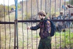 Mężczyzna w ochronnym kostiumu z ukosa obraz stock