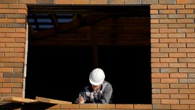 Mężczyzna w okno budynku dom fotografia stock