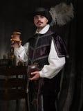 Mężczyzna w okresu kapeluszu i kostiumu podnosi szkło wino Obraz Royalty Free