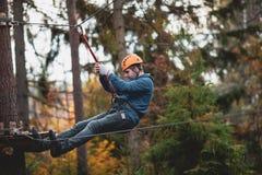 Mężczyzna w parku na przygoda parku Linowy miasteczko kraju park dla sportów obraz royalty free