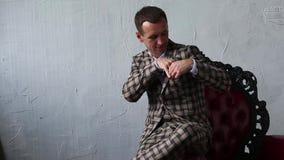 Mężczyzna w peleryna kostiumu składa chusteczkę w jego kieszeni zbiory wideo